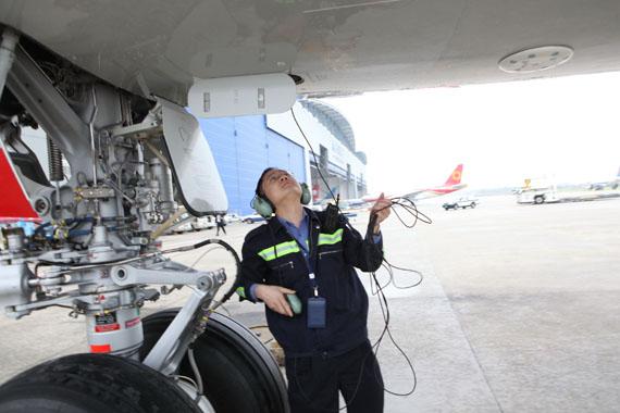 南航机务人员检查飞机