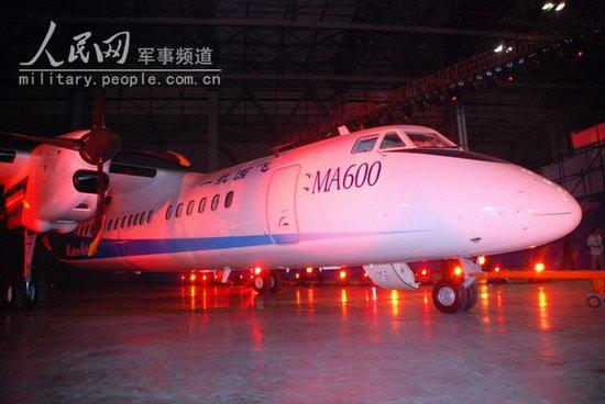首架新舟600飞机在灯光的照耀下显得格外漂亮(图片来源:人民网)