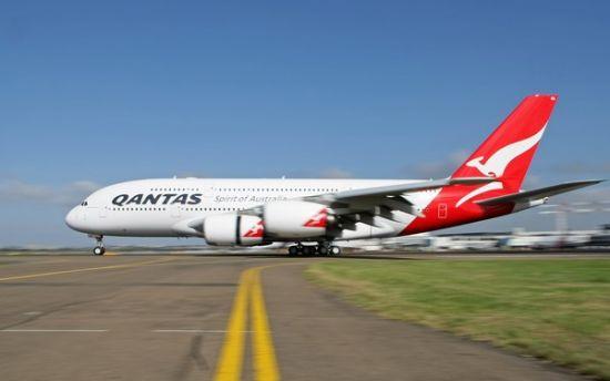 据美国媒体报道,澳大利亚航空公司(澳航)1月11日宣布,旗下空客A380客机将于本周日(16日)恢复从澳大利亚飞往美国洛杉矶。这是自澳航旗下空客A380客机在新加坡发生引擎故障以来首次执飞洛杉矶航线。   澳航当天表示,在经过全面广泛检查、与引擎制造商反复磋商后,他们对旗下空客A380客机所使用引擎的安全状况表示满意。澳航首席执行官乔伊斯说:我们对恢复洛杉矶航线的飞行充满信心。   2010年11月4日,澳航一架从新加坡飞往悉尼的空客A380型客机在飞行途中一个引擎发生故障、被迫返航并紧急迫降新加坡