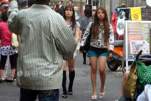 黑人操日本人女人_这位黑人帅哥在向迎面过来的日本辣妹试试运气