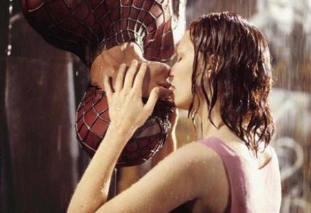 《蜘蛛俠》中托比·馬奎爾和鄧斯特的倒掛之吻