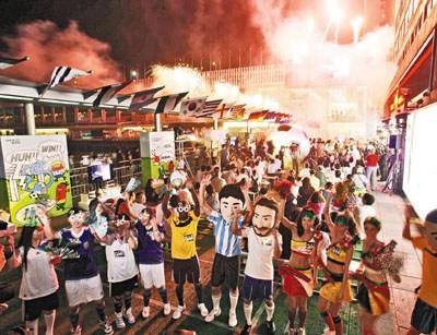 海港城现场加设烟火效果,增添热闹气氛
