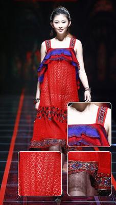 层叠塔裙+镂空设计胸口的大荷叶边突显娇俏可人