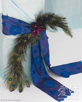 而搭配有孔雀羽毛装饰的丝带,又为整体造型中注入了一份动感与华美图片