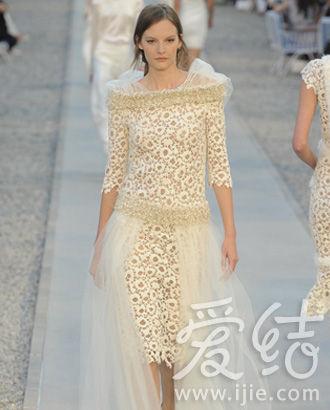 白色蕾丝花朵礼服