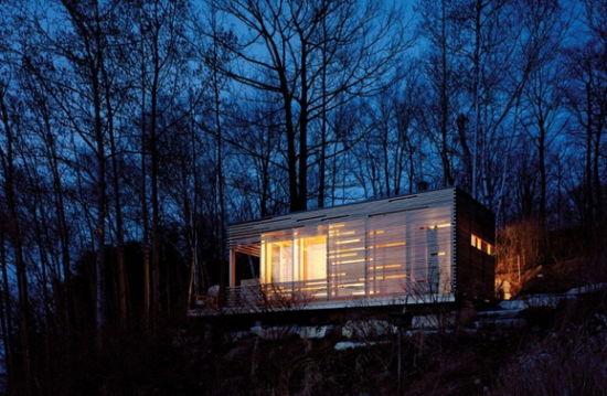 我想有一所房子,面朝大海,春暖花开。这句话道尽了多少人对生活的理想。位于Simcoe湖边的这所木屋,虽然并不能听到海潮的声音,但是却能每天沐浴在湖边的落日之中,怪不得取名为Sunset Cabin(落日木屋)。    这所住宅位于Simcoe湖边,这个只有一间房的木屋简单但是精致,使人感受到原始木屋的气息。    由于客户希望自己能有一个一个远离尘世的木屋,所以Sunset Cabin便是因此而诞生。在这里他能享受美好的周围景色,观看美丽的日落。这个轻盈的木屋的外墙由绝缘玻璃组成,在住宅的三侧用