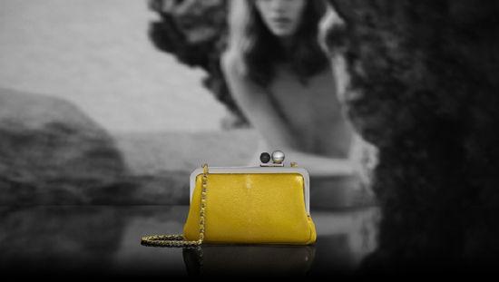 Chanel(香奈儿)推出2012度假系列:黄色链条包
