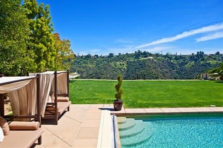 私人游泳池和草坪