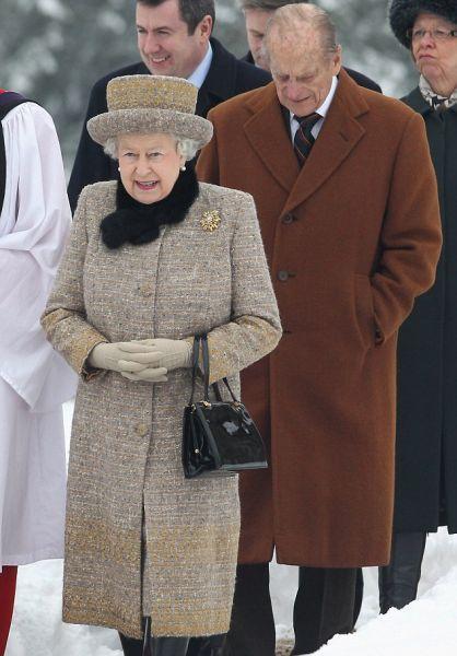 2月5日,英女王伊丽莎白二世在丈夫菲利普亲王的陪同下,参加礼拜活动。