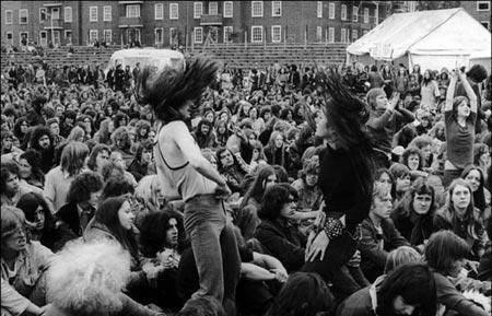 """60年代末旧金山出现了反体制、反都会的""""嬉皮士"""""""
