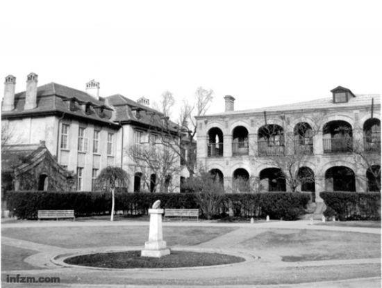 1949年的北大校园,前为荷花池和日晷;后面左为生物楼,右为数学楼。 (王宏志提供/图)