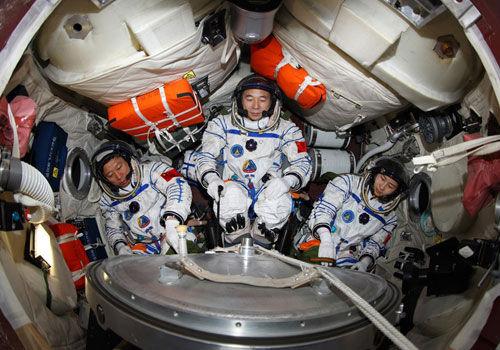 航天服可以让宇航员维持生命