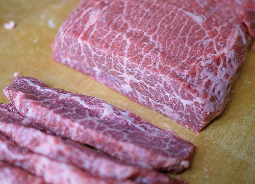 煎牛排的肉通常厚度为2.5公分