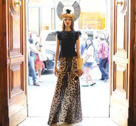 裙子:FRANCESCO SCOGNAMIGLIO