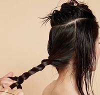 将秀发分区并将后发编成麻花