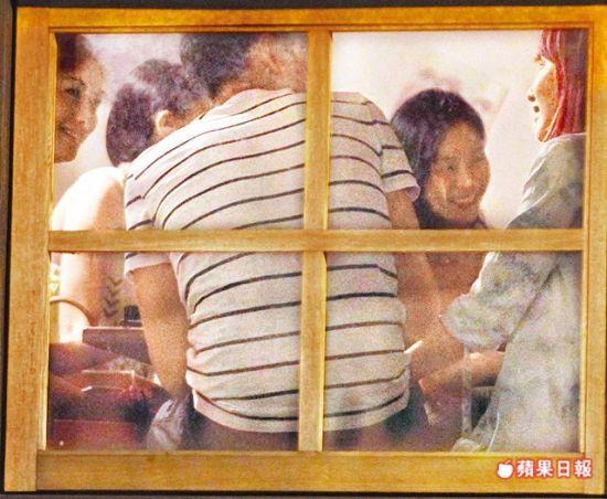 坐在窗户旁的萧亚轩(右),聊天时亲密的把手放在柯震东大腿上。