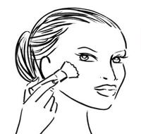 用哑光且带防晒功能的蜜粉轻扫全脸