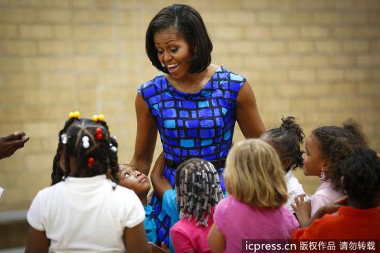 美国第一夫人米歇尔与孩子一起玩耍欢乐无比(东方IC)