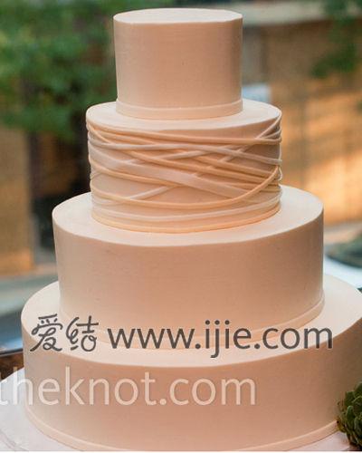了各种华丽的多层蛋糕设计,选择了浅粉色的简单设计的圆形单层款式