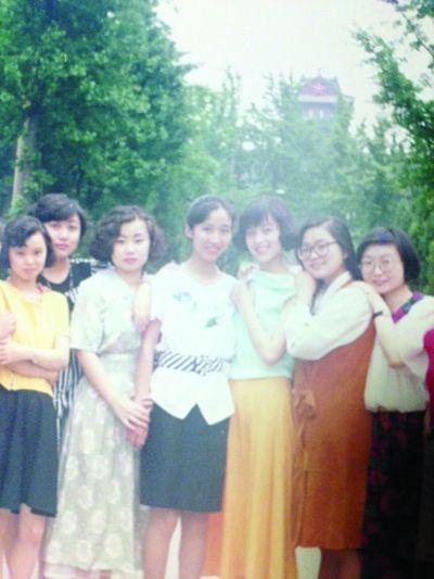 大学时代的华春莹(右二)。图片由南京大学周丹丹提供