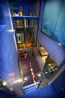 用玻璃和甲板区域来连接室内外空间