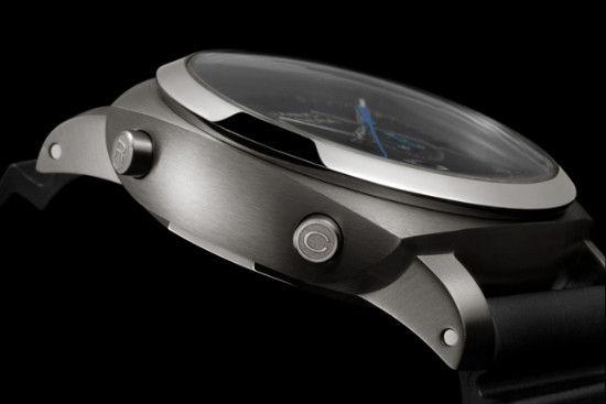 全新腕表采用直径47 毫米磨砂钛金属表壳。
