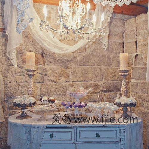 婚礼特意设置了一个甜品台,用了很复古风的吊灯和帘幔装饰.