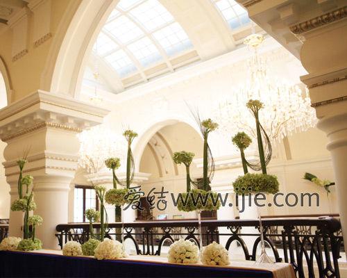 婚嫁 婚礼真人秀 正文    夜晚的西式长桌晚宴在上海怀旧地标外滩华尔