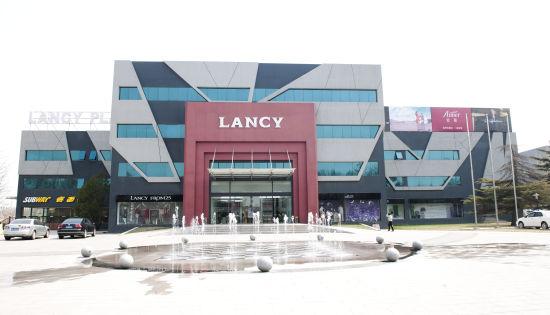 朗姿女装购物广场总面积近3000平米,设计上延续了从容至美的奢华