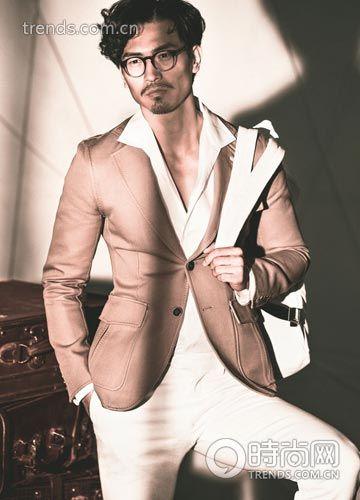 卡其色外套、白色长裤Berluti、衬衫Dolce&Gabbana 眼镜Burberry Prorsum、皮包Emporio Armani