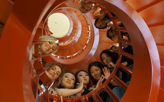 决赛选手在卑诗癌症研究中心DNA螺旋型楼梯上合影