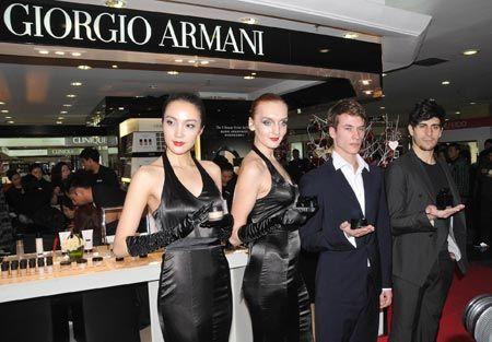 模特展示阿玛尼明星产品