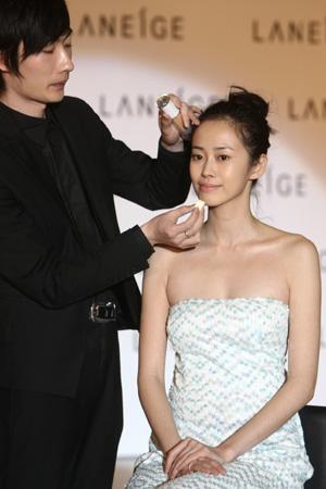 化妆师现场底妆示范