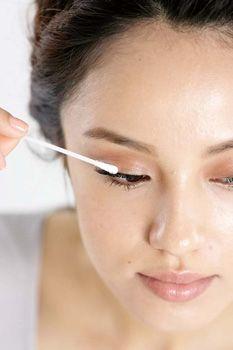 以棉花棒沾取适量卸妆液清除残留
