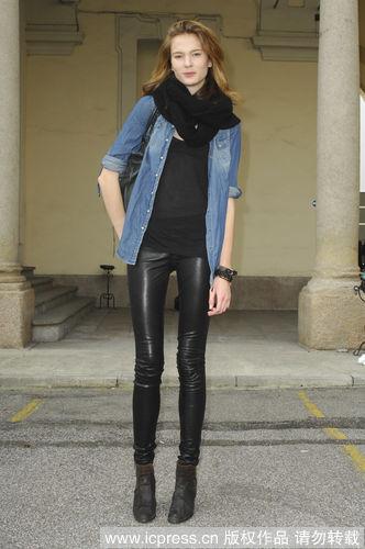 黑色紧身裤和长款牛仔衣相搭配