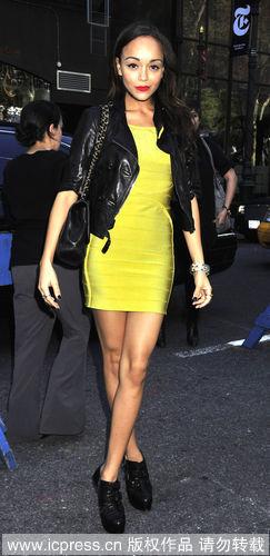 亮黄色修身连衣裙搭配黑色皮衣