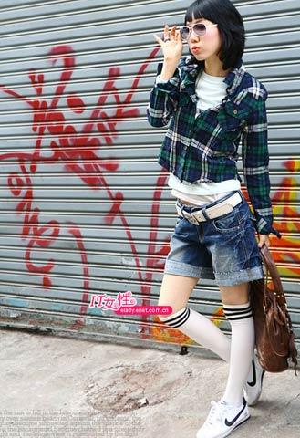 格子衬衫加T恤是现代青年的搭配手段,白色长袜和格子图案让你回归复古的学院派