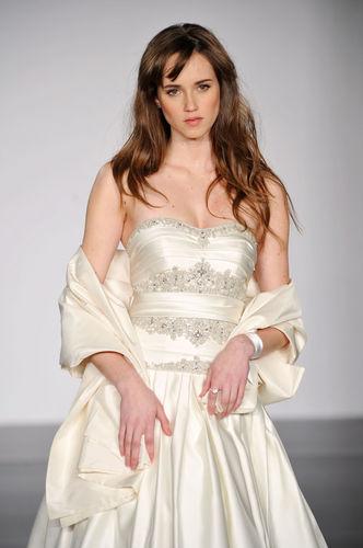 精致的胸前设计将优雅的新娘造型展现出来