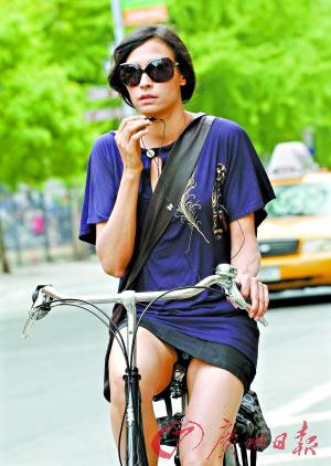 sen身穿紫色超短裙在街头骑行-明星骑单车已经成为娱乐圈新风尚 穿图片