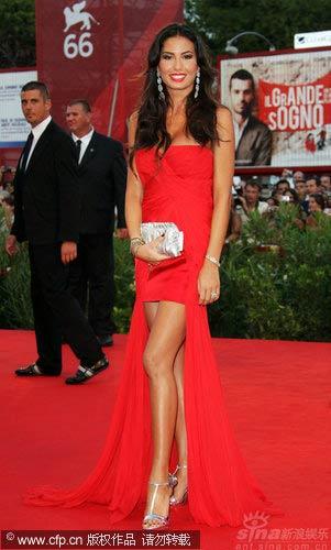 伊丽莎贝塔的红色鱼尾长裙