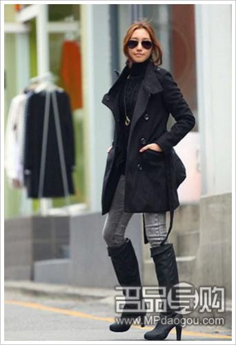 风衣外套搭配酷感长靴似乎不错