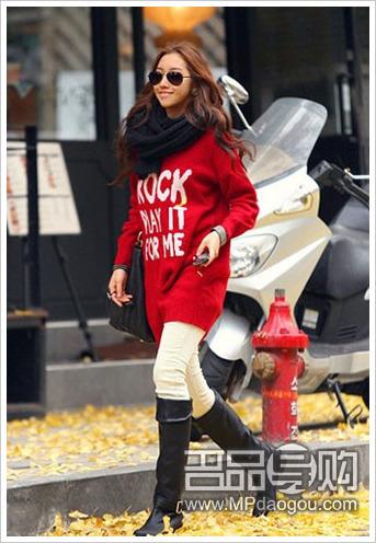 rock风格的长款毛衣裙搭配裤装和长靴就很时尚
