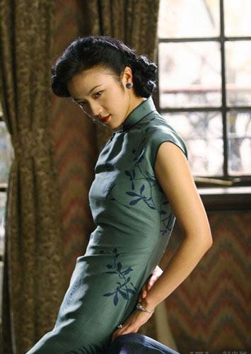 服饰潮流 > 正文    花纹:虽说现在的旗袍逐渐在向日常服装类转变,但
