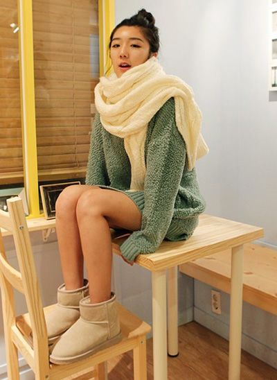 淡绿色长款宽松毛衣搭配米色短筒雪地靴青春又有活力