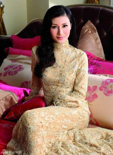 宫廷感白蕾丝金色高领裙