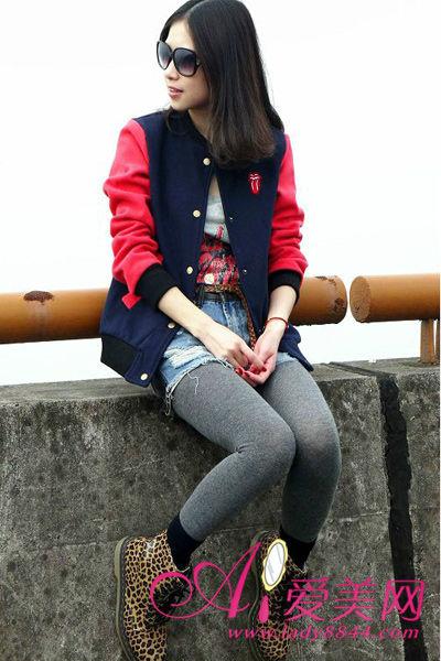 西装款外套搭配上牛仔热裤和帆布鞋