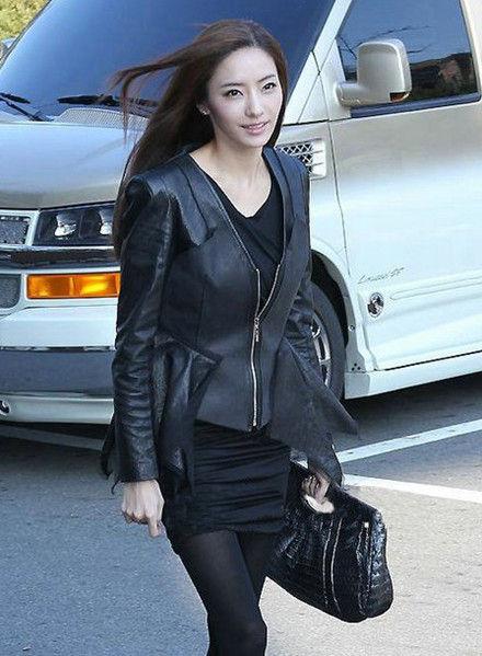黑色机车皮衣似乎是这个季节的宠儿不可或缺