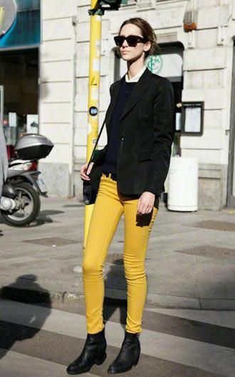 黄色小脚裤十分醒目