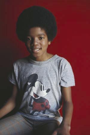 穿着米奇T恤的杰克逊就是普通小孩