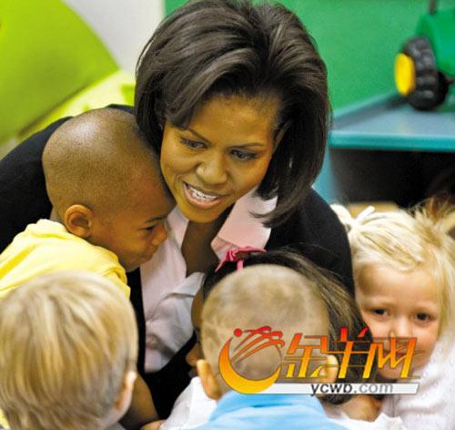 """米歇尔在军事基地为当地儿童讲故事,神情亲切自然,""""就像在给自己的孩子讲故事"""",打动了当地民众"""
